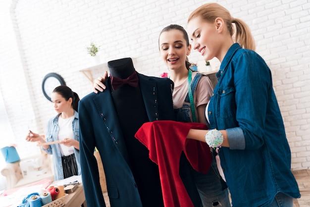 Frauen arbeiten mit anzug und farbe zusammen. Premium Fotos