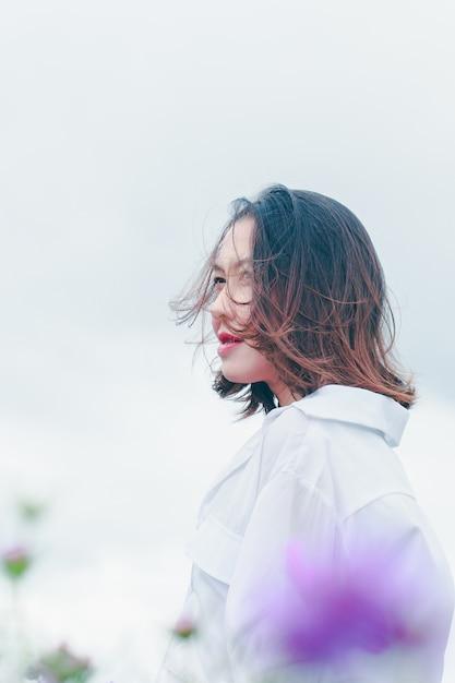 Frauen auf dem feld der eisenkraut blühen und sind in der regenzeit wunderschön. Premium Fotos