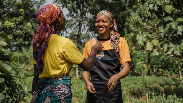 Frauen auf dem land diskutieren auf dem feld Kostenlose Fotos