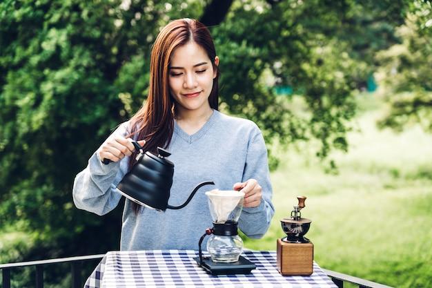 Frauen barista machen tropfkaffee im park Premium Fotos