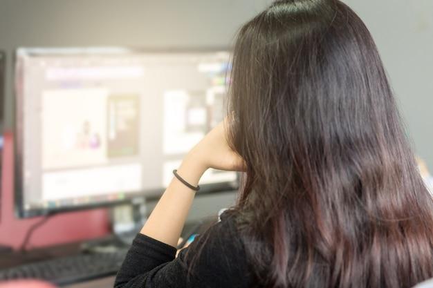 Frauen, die bei der arbeit im amt gestresst sind. Premium Fotos
