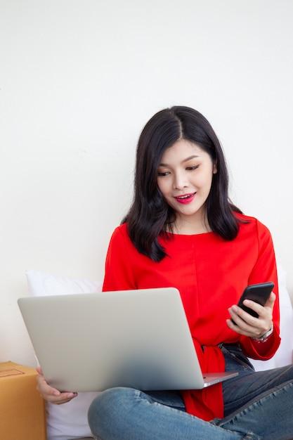 Frauen, die eine laptop-computer verwenden, um produkte online zu verkaufen. konzept des elektronischen geschäftsverkehrs im digitalen und modernen lebensstil. Premium Fotos
