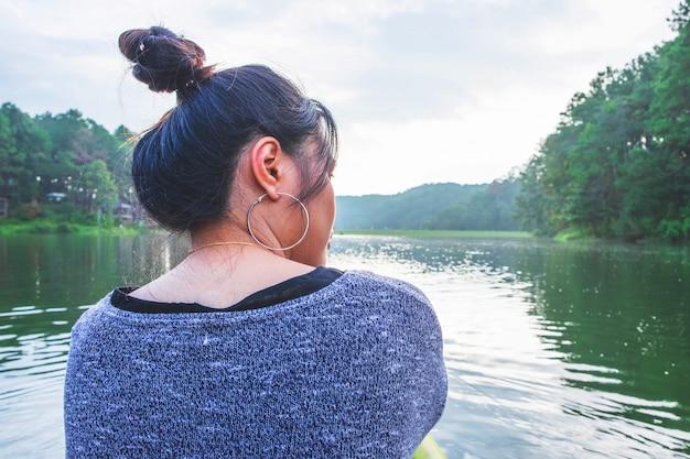 Frauen, die entlang des flusses reisen Premium Fotos