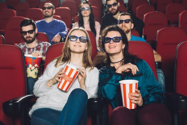 Frauen, die film im kino ansehen Kostenlose Fotos