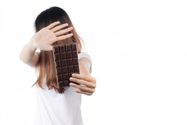 Frauen, die gegen die schokolade sind, getrennt auf einem weißen hintergrund. Kostenlose Fotos