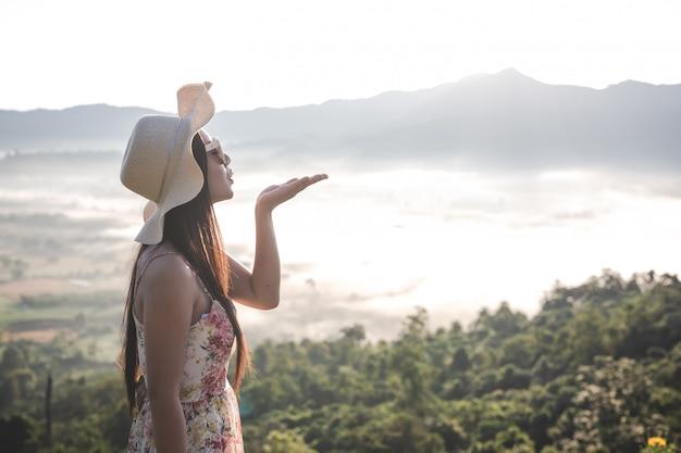 Frauen, die hände im freien raum auf den bergen heben Kostenlose Fotos