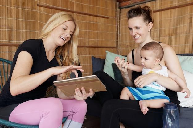 Frauen, die kleinen jungen unterhalten Kostenlose Fotos