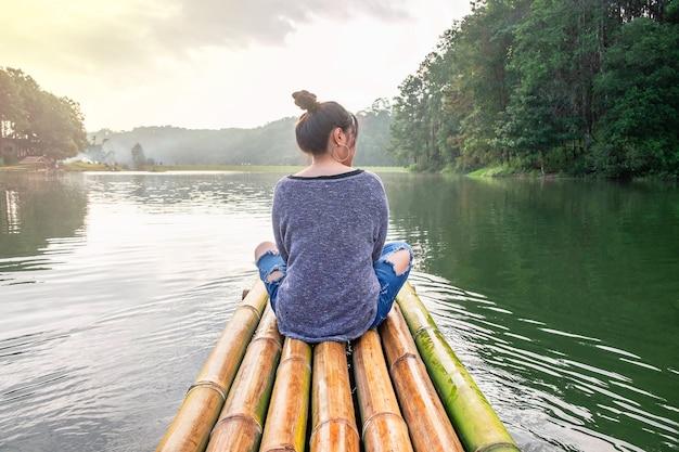 Frauen, die mit dem boot reisen Premium Fotos