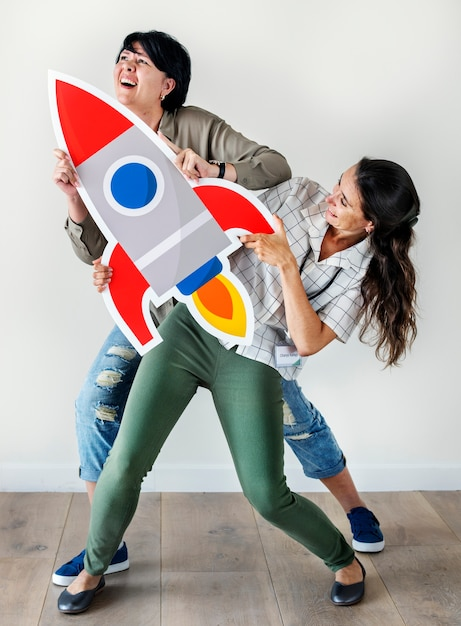 Frauen, die raketenikone halten Kostenlose Fotos