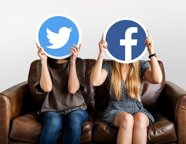 Frauen, die social media-ikonen halten Kostenlose Fotos
