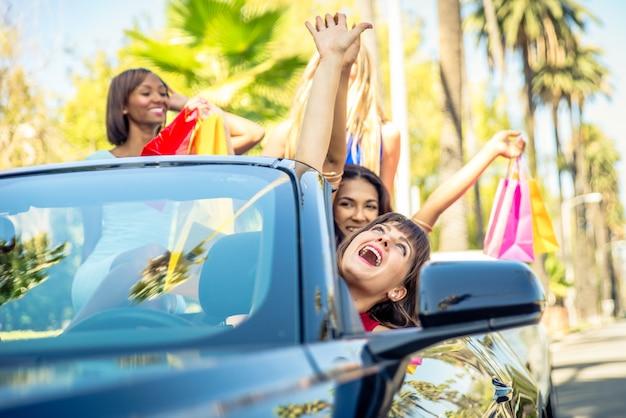 Frauen, die spaß beim fahren in beverly hills haben Premium Fotos