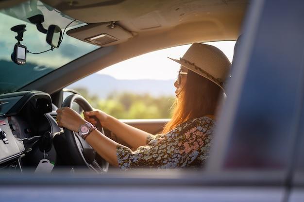 Frauen, die tagsüber hüte tragen und eine brille fahren Premium Fotos