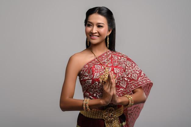 Frauen, die thailändische kleidung tragen, die respekt zahlen, sawasdee symbol Kostenlose Fotos