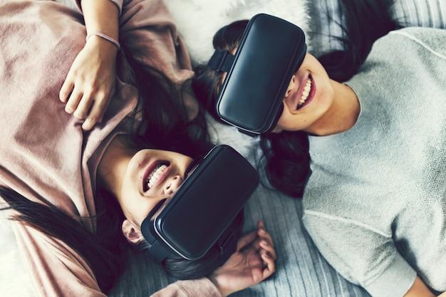 Frauen, die virtuelle realität mit vr-headsets erleben Premium Fotos