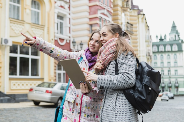 Frauen, die weg zeigen und tablette verwenden | Kostenlose
