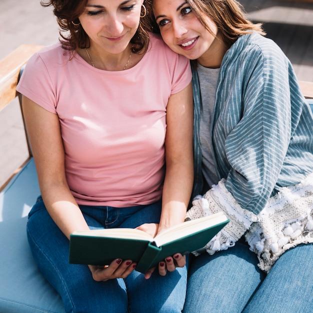 Frauen, die zusammen buch lesen Kostenlose Fotos
