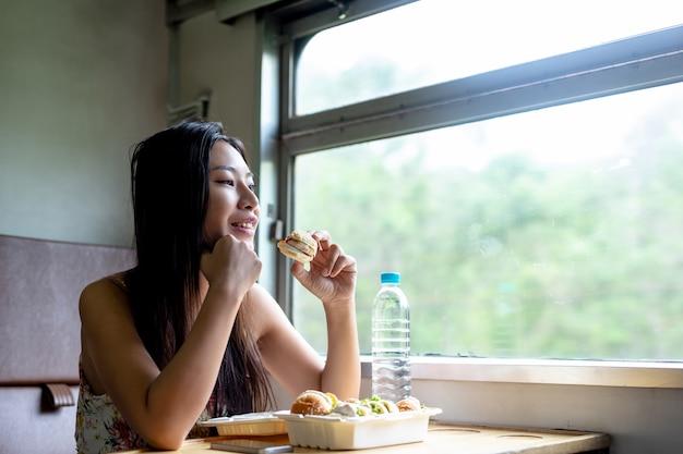 Frauen frühstücken im zug, urlaub, reiseideen. Kostenlose Fotos