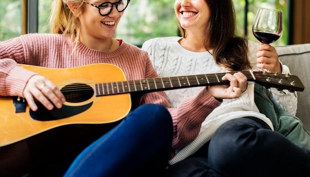 Frauen genießen die musik zusammen Premium Fotos