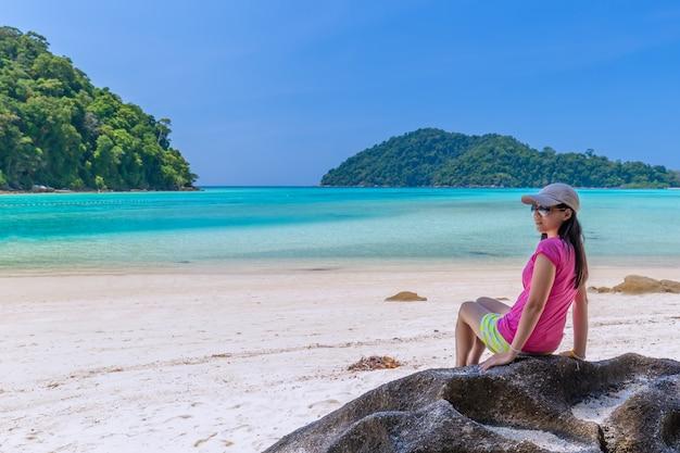 Frauen genießen sie die frische luft und das klare wasser in similan island, andaman sea, phuket, thailand Premium Fotos