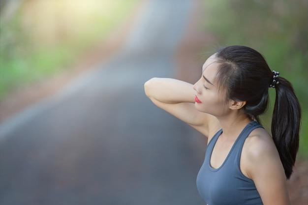 Frauen haben nackenschmerzen, schulterschmerzen Kostenlose Fotos