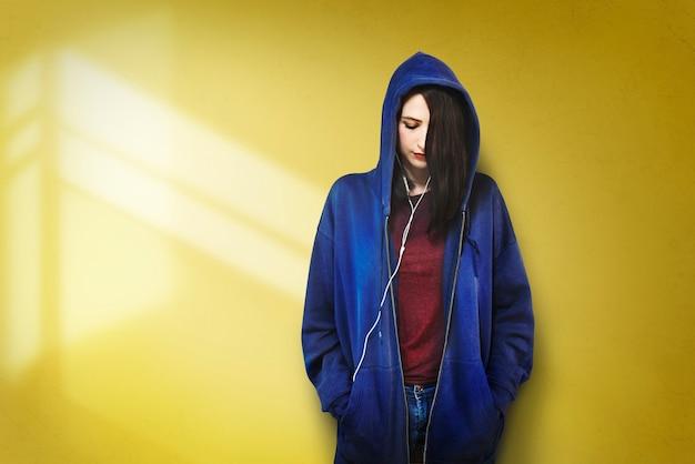Frauen-hörendes musik-medien-unterhaltungs-entspannungs-konzept Kostenlose Fotos