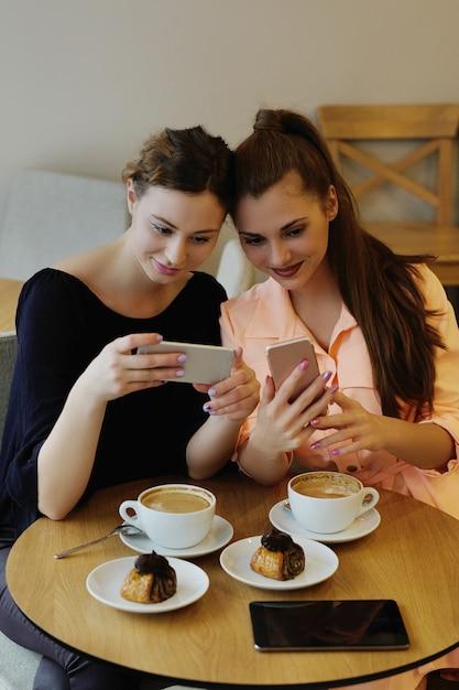 Frauen im café Kostenlose Fotos