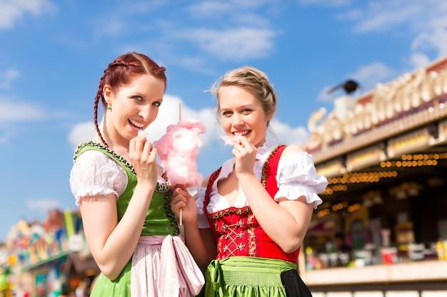 Frauen in bayerischer tracht oder dirndl am festival Premium Fotos