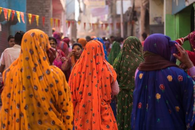 Frauen in bunten sarees im dorf von agra, indien Premium Fotos