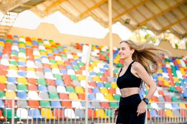 Frauen laufen im stadion, spielen sport und gesundheit Premium Fotos
