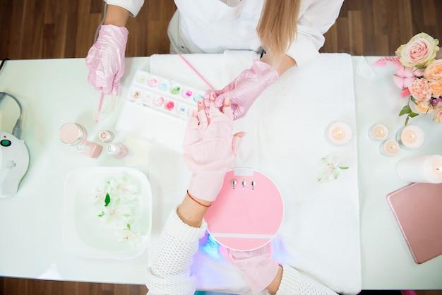 Frauen machen maniküre. existenz eines kleinunternehmens beim covid-19-sperrkonzept. Premium Fotos