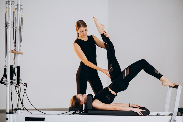 Frauen machen pilates auf einem reformer Kostenlose Fotos