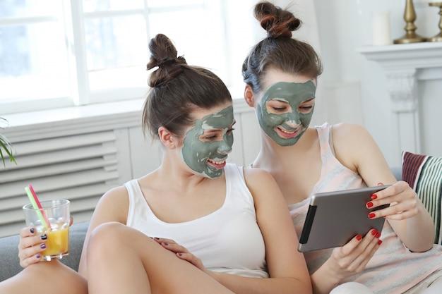 Frauen mit gesichtsmaske, schönheits- und hautpflegekonzept Kostenlose Fotos