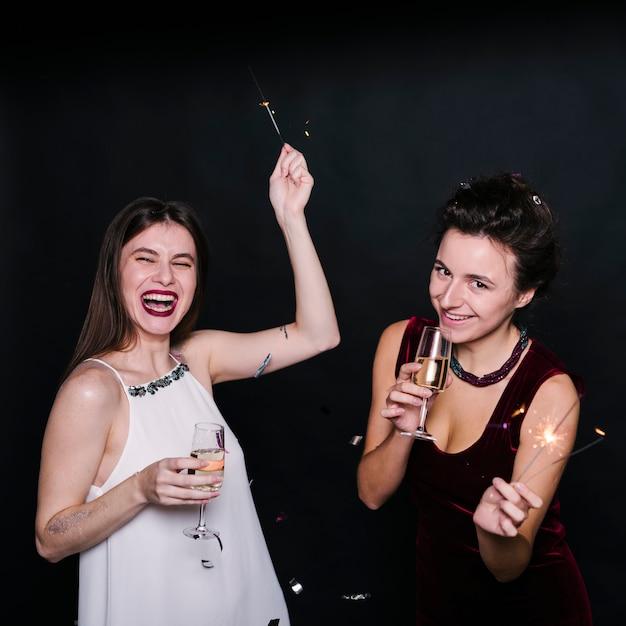 Frauen mit gläsern champagner und wunderkerzen Kostenlose Fotos