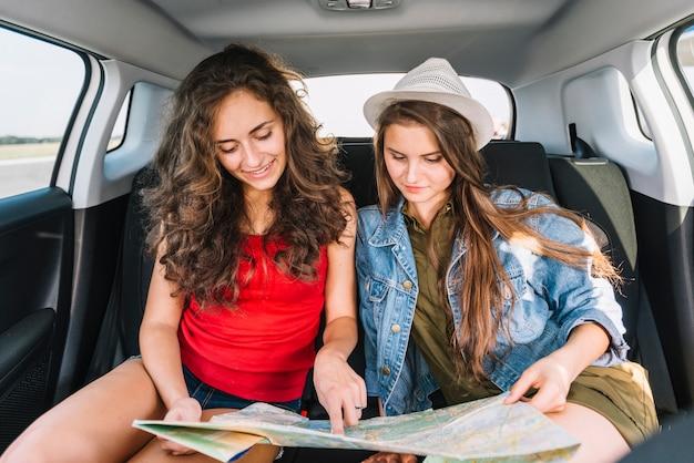 Frauen mit karte im auto Kostenlose Fotos
