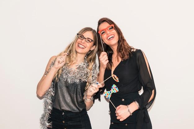 Frauen mit papiergläsern auf party Kostenlose Fotos