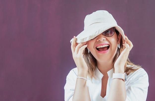 Frauen mit weißem hut und weißem kleid mit sonnenbrille Kostenlose Fotos