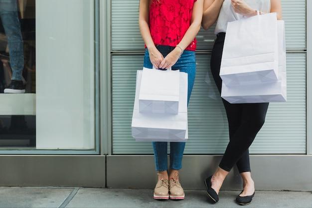 Frauen mit weißen einkaufstaschen Kostenlose Fotos