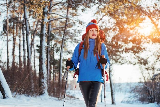 Frauen-reisender mit dem rucksack, der die aktiven ferien des reise-lebensstil-abenteuers im freien wandert. schöner landschaftswald Premium Fotos