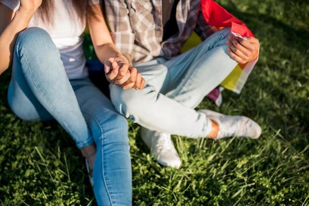 Frauen sitzen auf gras zusammen Kostenlose Fotos