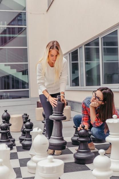 Frauen spielen riesenschach Kostenlose Fotos