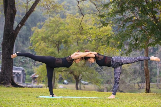 Frauen spielen yoga im fitnessstudio. trainieren Kostenlose Fotos
