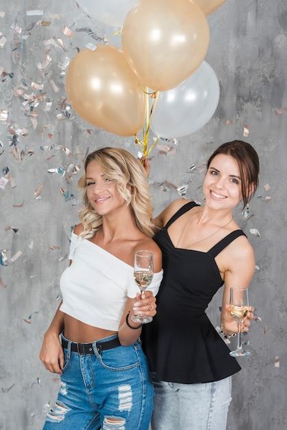 Frauen stehen mit champagner Kostenlose Fotos