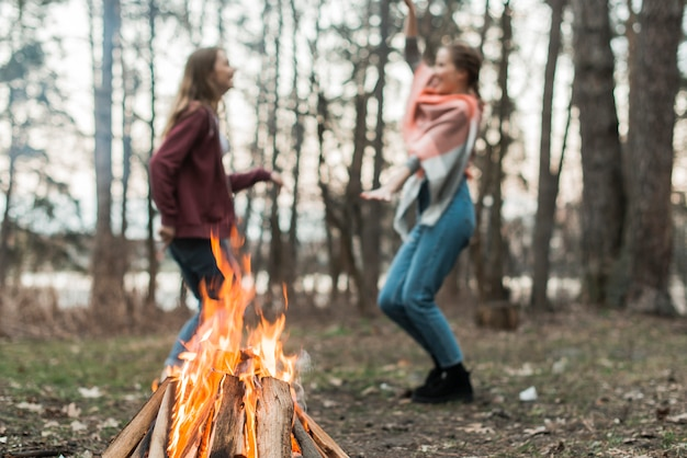 Frauen tanzen am lagerfeuer Kostenlose Fotos