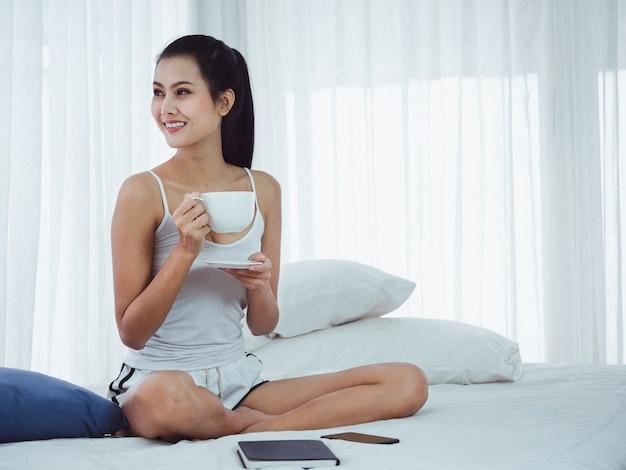 Frauen trinken kaffee im bett Premium Fotos
