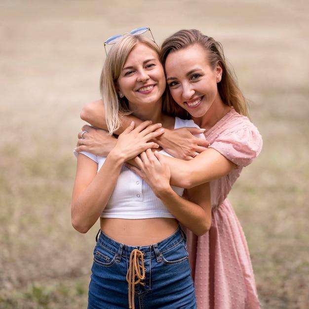 Frauen umarmen ihre freundin von hinten | Premium-Foto