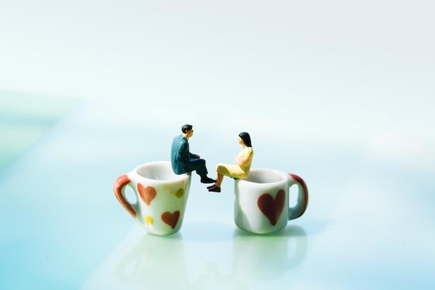 Frauen und ein mann in der liebe auf kaffeetasse mit kopienraum. Premium Fotos