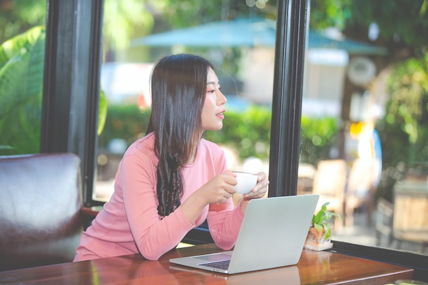Frauen verkaufen produkte über soziale medien Kostenlose Fotos