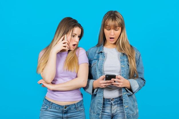 Frauen von telefoninhalten überrascht Kostenlose Fotos