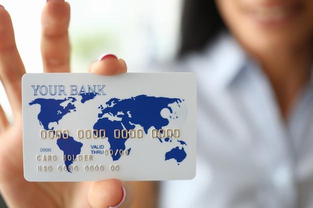 Frauenarm, der bankkarte hält, die es zeigt Premium Fotos
