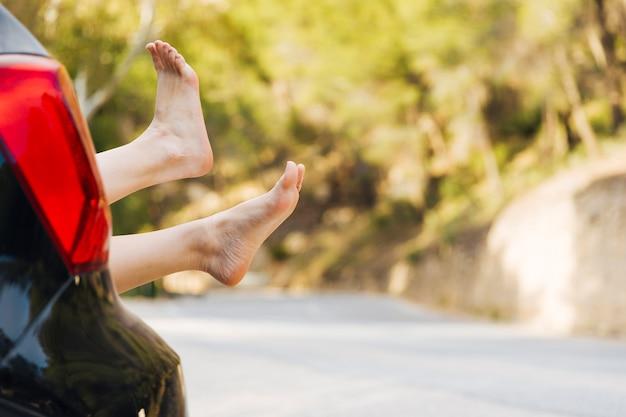 Frauenbeine aus autokofferraum heraus Kostenlose Fotos